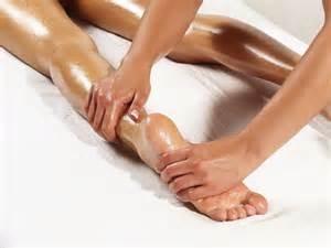Ayurvédique Abhyanga. Massage jambe avec huile